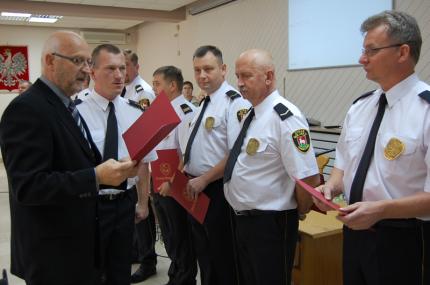 Burmistrz Zdzisław Lis nagradza strażników - fot. Urząd Piaseczno