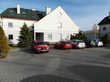 Sprzedam mieszkania:1-pok.31m2 i 2-pok.39m2, możliwość połączenia w jedno 70m2 - Front_parking.jpg